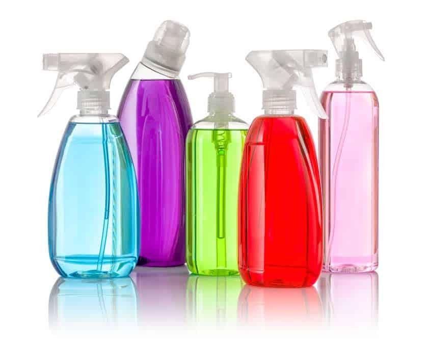 Fünf Flaschen mit Allzweckreiniger